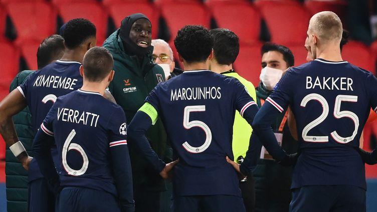Demba Ba, joueur du club turc d'Istanbul Basaksehir, demande aux Parisiens de ne pas reprendre la rencontre de Ligue des Champions, après l'incident à caractère raciste au Parc des Princes (Paris), le 8 décembre 2020. (FRANCK FIFE / AFP)