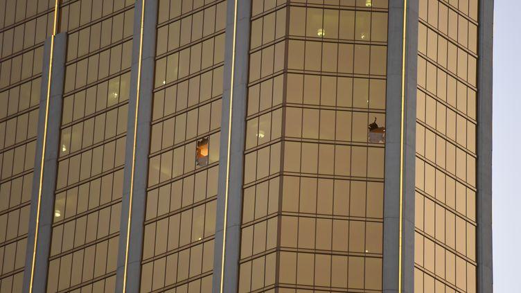 Les fenêtres brisées de la suite du Mandalay Bay depuis laquelle le tueur a tiré sur les spectateurs du festival de country, le 4 octobre 2017, à Las Vegas (Nevada, Etats-Unis). (ROBYN BECK / AFP)
