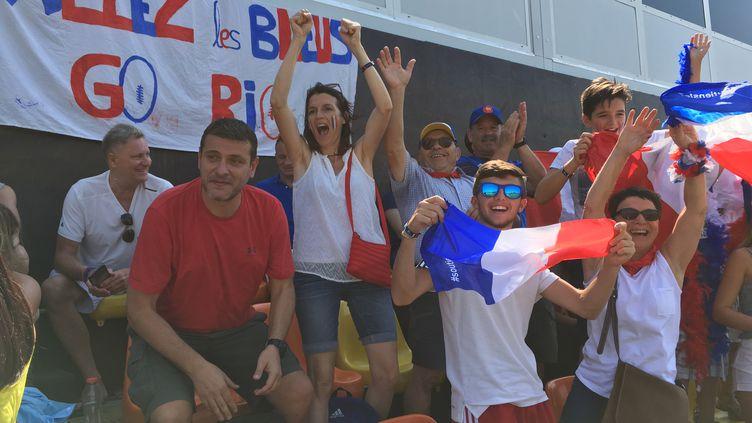 La troupe des supporters français lors du match des Bleus au rugby à 7