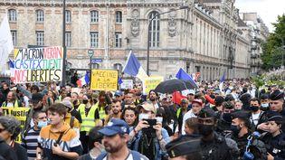 Des manifestants contre l'extension du pass sanitaire, à Paris, le 31 juillet 2021. (ALAIN JOCARD / AFP)