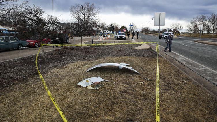Une pièce du Boeing 777 dont le réacteur a pris feu peu après avoir quitté Denver (Colorado) le 20 février 2021. (MICHAEL CIAGLO / AFP)