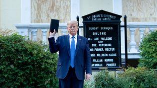 Donald Trump pose devant l'église St-John, en face de la Maison Blanche à Washington (Etats-Unis), le 1er juin 2020. (BRENDAN SMIALOWSKI / AFP)