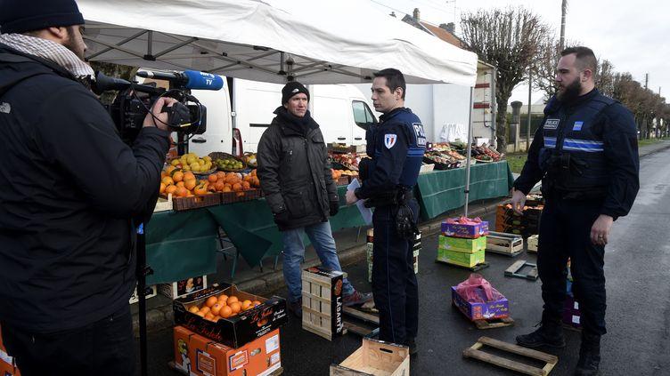 Des policiers rappellent l'interdiction de rassemblement à Crépy-en-Valois (Oise), dimanche 1er mars 2020. (FRANCOIS LO PRESTI / AFP)
