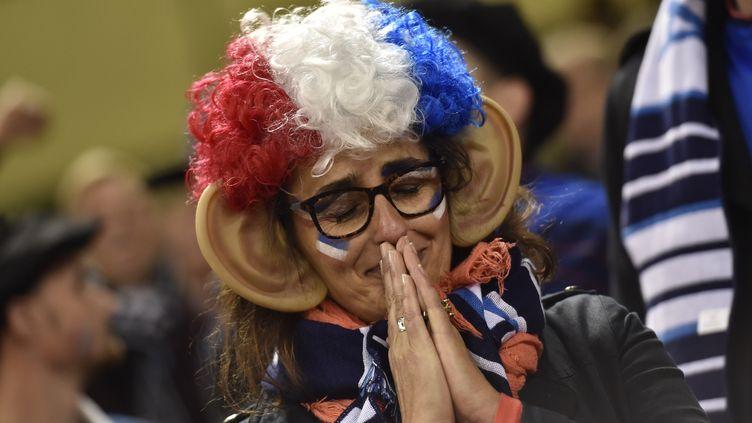 Une supportrice française de rugby après la défaite de la France face à la Nouvelle-Zélande le 17 octobre 2015 à Cardiff (Grande-Bretagne). (LOIC VENANCE / AFP)
