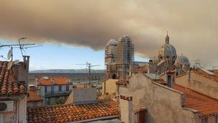 Un nuage de fumée recouvre la ville de Marseille (Bouches-du-Rhône), le 10 août 2016. (FRANCE 3 PROVENCE-ALPES)