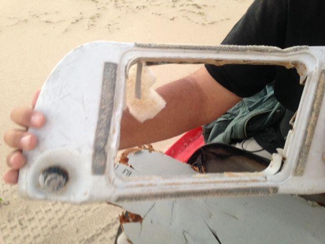 """Le troisièmedébris retrouvé lundi 6 juin par l'homme d'affaires américain Blaine Alan Gibson à Madagascar, en compagnie des équipes de """"Complément d'enquête""""."""