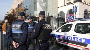 Des policiers devant un centre commercial de Nice (Alpes-Maritimes), le 14 novembre 2015. (ERIC GAILLARD / REUTERS)
