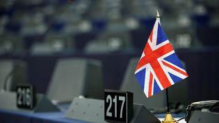 Un drapeau britannique est posé sur un bureau du Parlement européen, avant un débat des députés sur le Brexit, le 16 janvier 2019 à Strasbourg (Bas-Rhin). (VINCENT KESSLER / REUTERS)