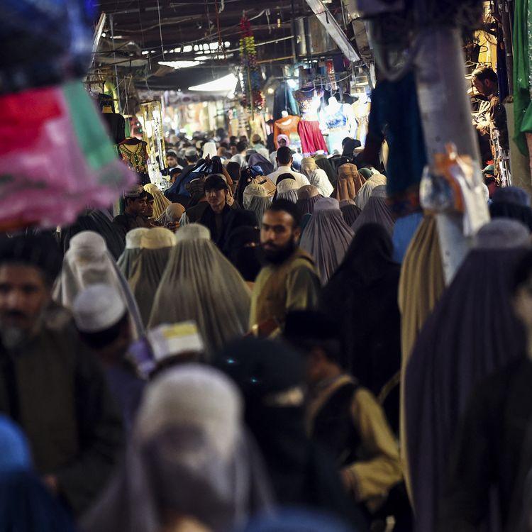 Un marché àKandahar (Afghanistan), la ville d'origine des talibans, le 1er octobre 2020. (WAKIL KOHSAR / AFP)