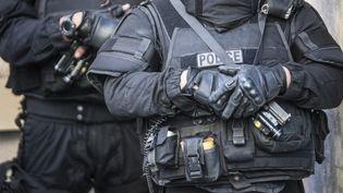 Des policiers du RAID et leurs armes en août 2016, quelque part en France. (PATRICK FOUQUE / AFP)