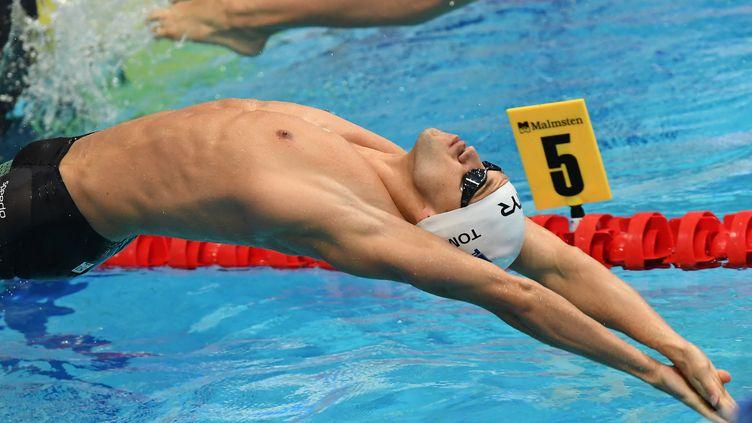 Mewen Tomac a remporté le 200m dos aux championnats de France de natation à Chartres. (ATTILA KISBENEDEK / AFP)