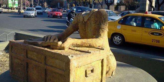 A Cordoba, le 23 août 2013 au petit matin, des passants découvrent que la statue en bronze d'Anne Frank a été décapitée. La sulpture avait été installée en plein centre de cette ville universitaire du nord ouest de l'Argentine. (D.R.)
