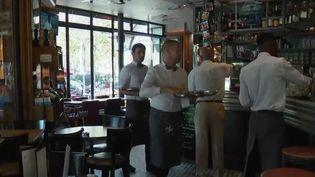 Les serveurs du restaurant La Coupole à Paris (CAPTURE ECRAN FRANCE 2)