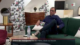 Un membre du personnel de l'hôtel Normandy Le Chantier, à Paris, loge dans une suite de l'établissement pendant la grève dans les transports en commun en décembre 2019. (FRANCE 2)