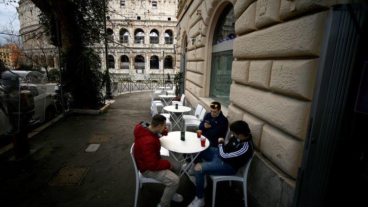 Des clients d'un bar près du Colisée, assis en terrasse, lundi 1er février. (FILIPPO MONTEFORTE / AFP)