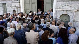 Des retraités grecs font la queue devant la banque nationale grecque pour retirer une partie de leur pension en espèces, à Athènes, le 1er juillet 2015. (ALEXANDROS MICHAILIDIS / SOOC / AFP)