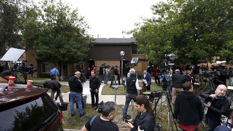 Des journalistes devant la maison des auteurs de l'attentat de San Bernardino, en Californie (Etats-Unis), le 4 décembre 2015, deux jours après. (MARIO ANZUONI / REUTERS)