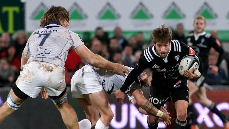 Le joueur de Brive Teddy Iribaren essaie de déstabiliser la défense de Montpellier (DIARMID COURREGES / AFP)