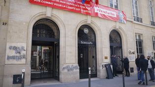 L'entréede Sciences Po Paris, souillée par des tags antisémites découverts le 12 avril 2021. (THOMAS SAMSON / AFP)
