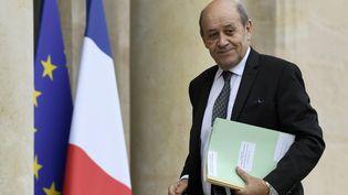 Les escrocs appelaient leurs victimes en vidéo, et utilisaient un masque pour se faire passer pour le ministre Jean-Yves Le Drian. (BERTRAND GUAY / AFP)