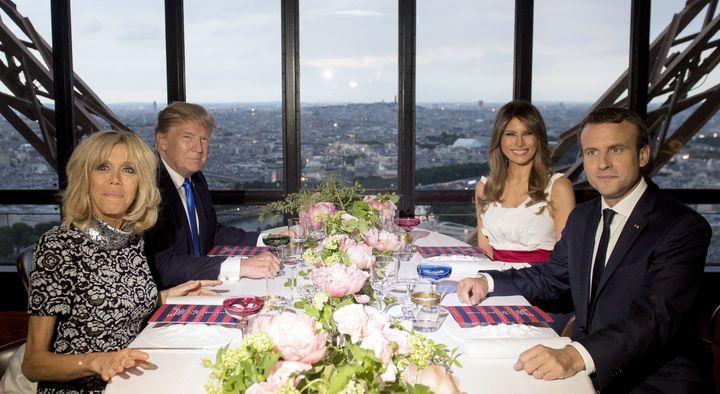 Brigitte Macron, Donald Trump, Melania Trump et Emmanuel Macron lors d'un dîner àla tour Eiffel, à Paris, le 13 juillet 2017. (SAUL LOEB / AFP)