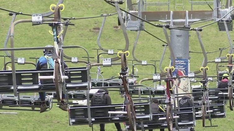 Sport : les fans de VTT profitent de la réouverture des remontées mécaniques. (FRANCE 2)