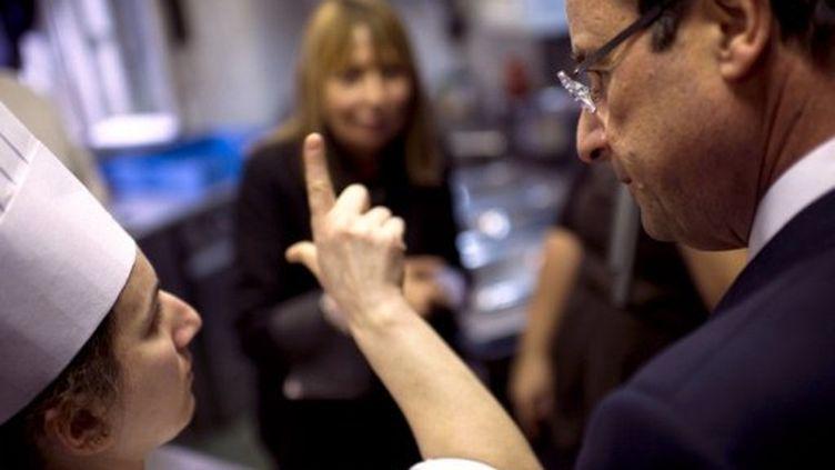 François Hollande s'est rendu jeudi au Café Signes, un établissement du XIVe arrondissement de Paris favorisant les échanges entre sourds et entendants. (AFP)