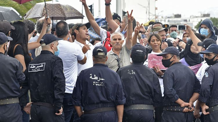 Des manifestants demandent la libération du journalisteKhaled Drareni à Alger, le 8 septembre 2020. (RYAD KRAMDI / AFP)