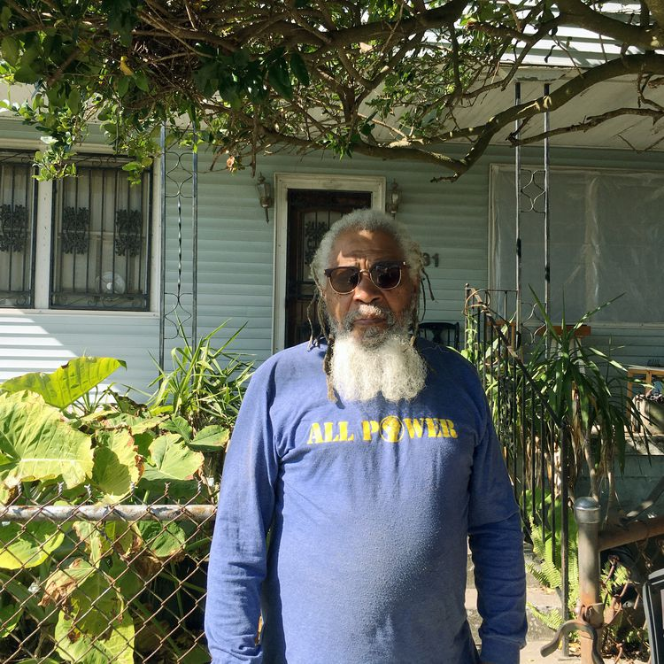 Malik Rahim, devant sa maison,sur Pacific Avenue, dans le quartier d'Algiers, à La Nouvelle Orléans, en Lousiane. (Ludovic Pauchant / Radio France)