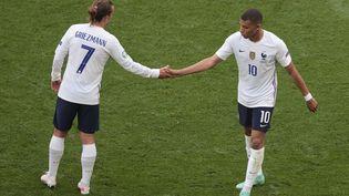 Antoine Griezmann et Kylian Mbappé avec les Bleus, le 19 juin 2021. (DMITRIY GOLUBOVICH / AFP)