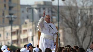 Le pape François s'adresse à des dizaines de milliers de fidèles venus l'accueillir à Naples (Italie), samedi 21 mars, où il a prononcé un discours ferme contre la corruption. (FILIPPO MONTEFORTE / AFP)