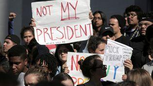 Manifestation contre l'élection de Donald Trump dansle campus de l'université de Berkeley en Californie (Etats-Unis), le 9 novembre 2016. (ELIJAH NOUVELAGE / REUTERS)