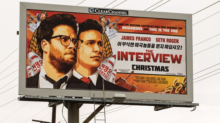 """Panneau d'affichage pour le film """"The Interview"""" en Californie, décembre 2014.  (Christopher Polk / Getty Images / AFP)"""