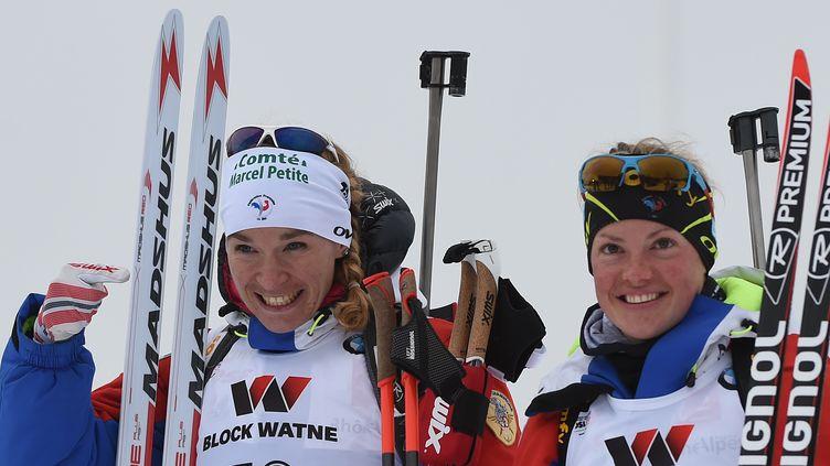 Anäis Bescond (à gauche), héroïque pour ramener son équipe aux avant-postes, et Marie Dorin Habert, qui a fini le boulot, ont été encore une fois incroyables pour apporter une médaille d'argent au relais féminin. (HENDRIK SCHMIDT / DPA)