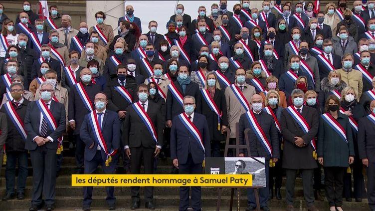 Les députés observent une minute de silence sur le perron de l'Assemblée nationale, le 20 octobre 2020. (FRANCEINFO (CANAL 27))