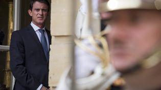 Le Premier ministre, Manuel Valls, patiente avant une rencontre avec son homologue roumain, le 10 juin 2016, à l'hôtel Matignon, à Paris. (MAXPPP)