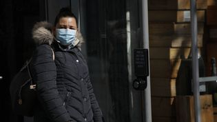 Une femme portant un masque à Washington D.C. (Etats-Unis), le 5 avril 2020. (YASIN OZTURK / ANADOLU AGENCY / AFP)