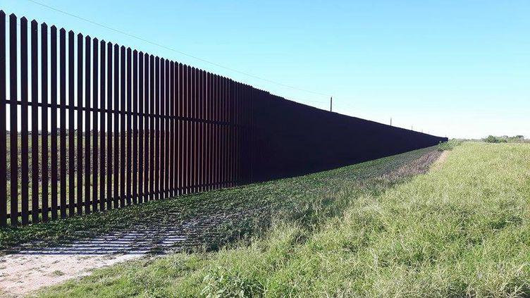 Au Texas, dans la région de Brownsville, une barrière de six mètres de haut sépare déjà les Etats-Unis et le Mexique depuis 2008. (RADIO FRANCE / Mathilde Lemaire)