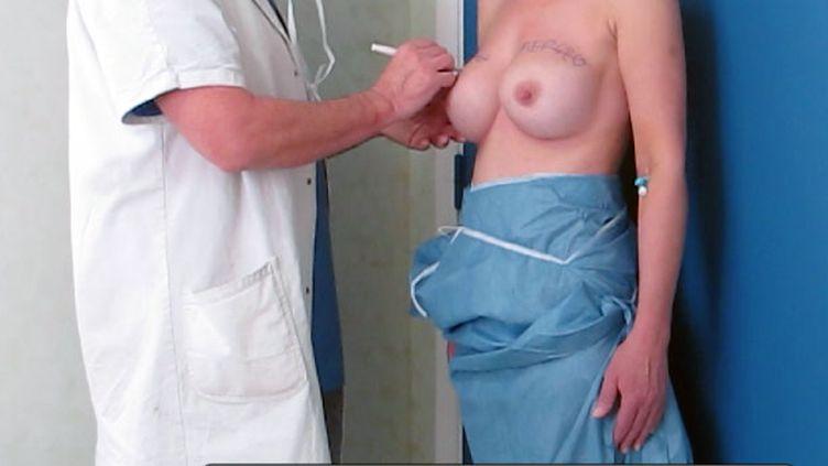 Le Dr Denis Boucq prépare le retrait des implants mammaires PIP d'une patiente et la pose de nouveaux qu'il effectuera dans la journée, le 27 février 2012, à la clinique niçoise Mozart. (VIOLAINE JAUSSENT / FTVI)