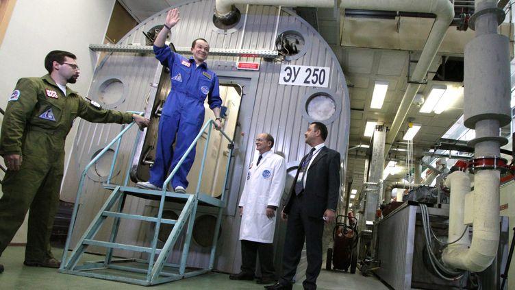 La sortie d'un des six participants de la mission Mars 500 vendredi 4 novembre 2011 à Moscou en Russie. (EPA/MAXPPP)