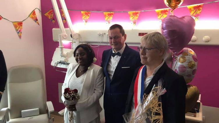 Un couple s'est marié dans une chambre de la maternité du centre hospitalier Techer de Calais (Pas-de-Calais), le 9 novembre 2019. (CAPTURE FACEBOOK / CENTRE HOSPITALIER TECHER DE CALAIS)