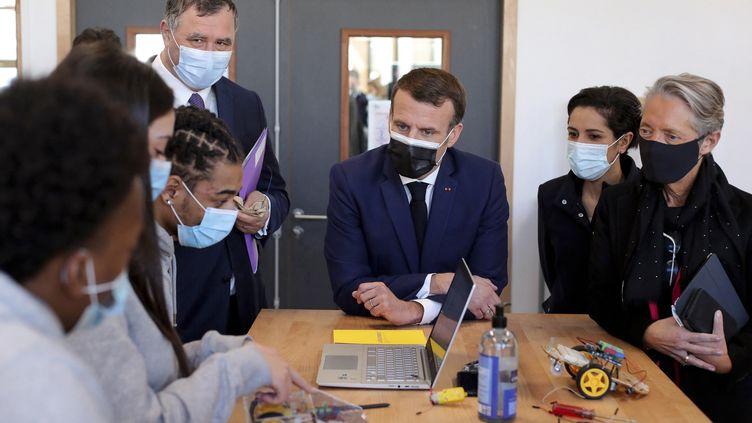 Le préisdent de la République, Emmanuel Macron, le 1er mars 2021 à Stains (Seine-Saint-Denis). (THIBAULT CAMUS / AFP)