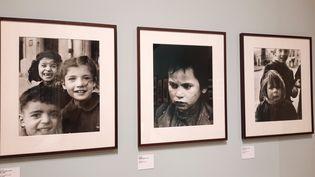 Sabine Weiss a beaucoup photographié les enfants. Au centre, le petit mendiant de Tolède. (ANNE CHEPEAU / RADIOFRANCE)