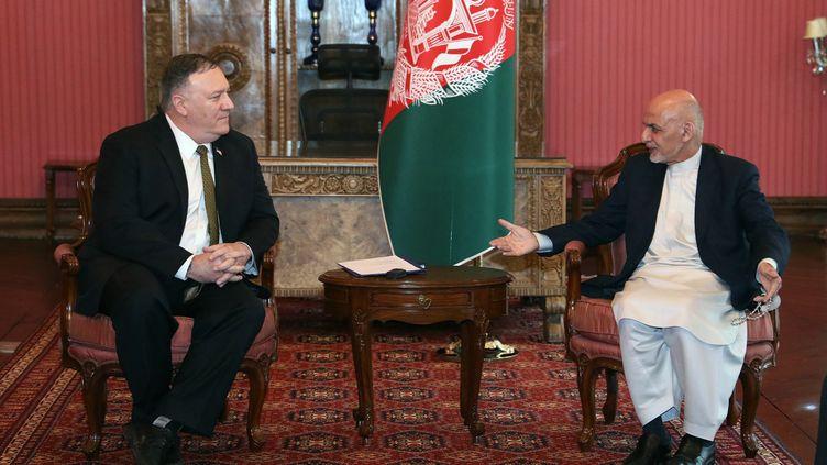 Le secrétaire d'Etat américain, Mike Pompeo (à gauche), et le président afghan Ashraf Ghani, le 23 mars 2020 à Kaboul (Afghanistan). (PRESS OFFICE OF PRESIDENT OF AFG / AFP)