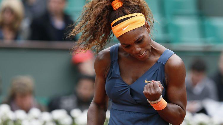 L'Américaine,Serena Williams, n°1 mondiale, serre le poing face à la GéorgienneAnna Tatishvili, le 26 mai 2013 à Roland-Garros. (PATRICK KOVARIK / AFP)