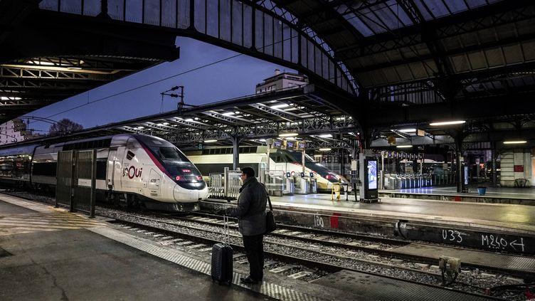 Un passager attend son train à la gare de l'Est à Paris, le 13 décembre 2019. (MARTIN BUREAU / AFP)