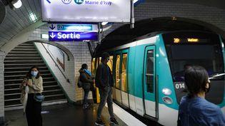 Des usagers attendent le métro, le 11 mai 2020 à Paris (photo d'illustration). (GEOFFROY VAN DER HASSELT / AFP)