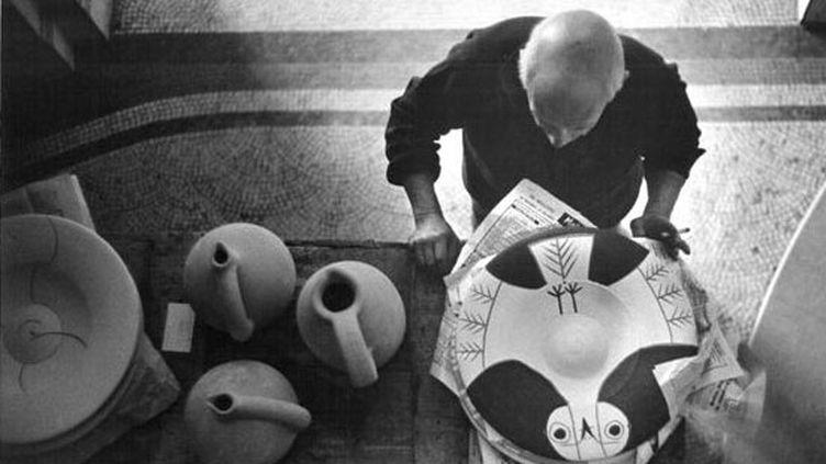 Cannes, villa La Californie, Pablo Picasso peignant le grand plat Chouette (1957), photo David Douglas Duncan  (Succession Picasso 2013 Crédit David Douglas Duncan 2013)