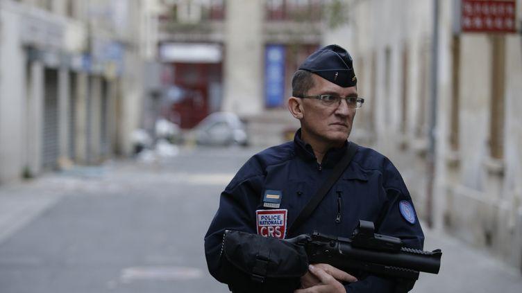 Un policier français surveille l'entrée d'une rue de Saint Denis le 19 novembre 2015.