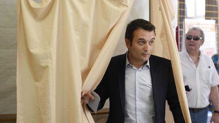 Florian Philippot sort de l'isoloir, le 11 juin 2017, lors du premier tour des élections législatives. (JEAN CHRISTOPHE VERHAEGEN / AFP)